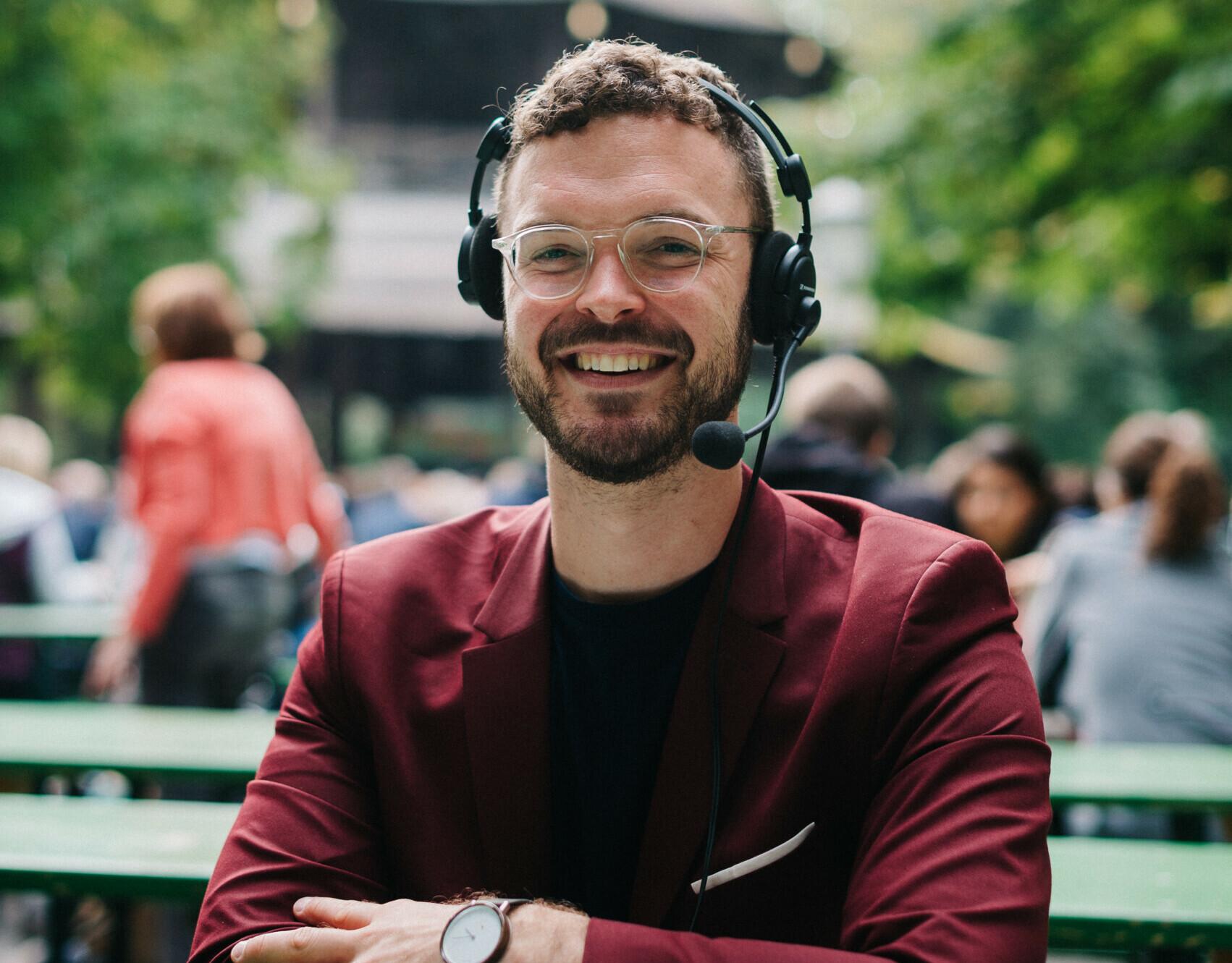 """Konferenzdolmetscher A. Gansmeier: """"Ich wünsche mir, dass alle eingebaute Headsets haben."""""""